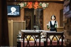 Nawet w restauracjach 24 godzin na dobę przez 7 dni w tygodniu transmitowane są propagandowe programy